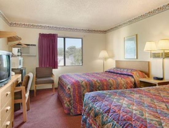 Sioux City/North Super 8 Motel: Standard Two Queen Bed Room