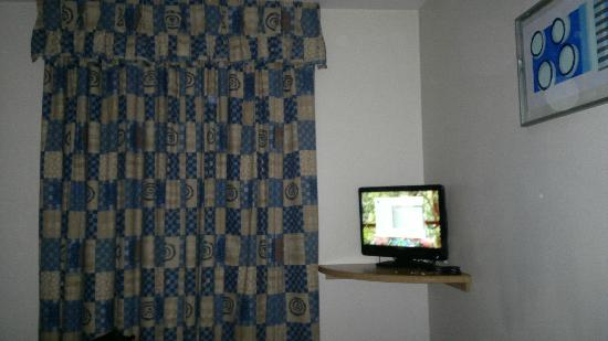 Days Inn Telford Ironbridge M54: TV and drapes
