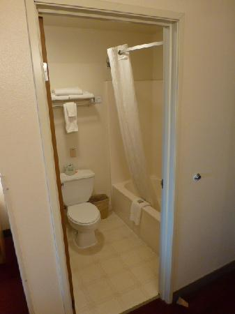 Super 8 Motel Green River: Toilet and shower