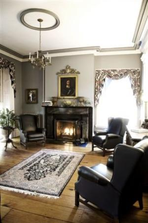 Cromwell Manor Inn: Parlor