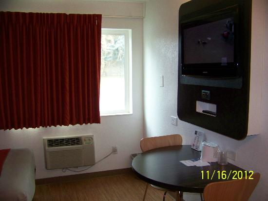 Motel 6 Idaho Falls: TV area in room with 2 beds