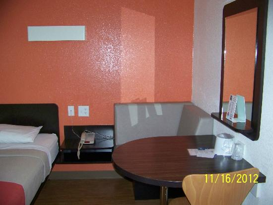 Motel 6 Idaho Falls: room with queen bed