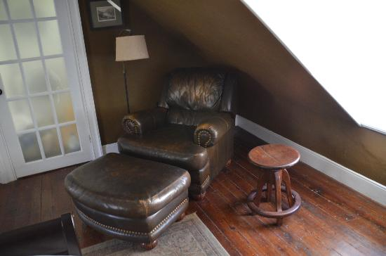 Stonehouse Bed and Breakfast: Loved this chair!