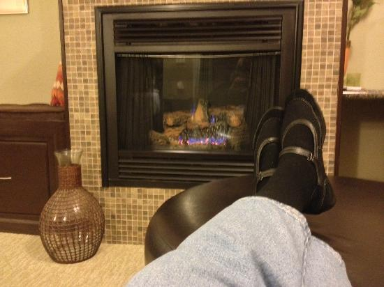 The Speckled Hen Inn: Comfortable seating in front of the fire in the Madison Lakes suite