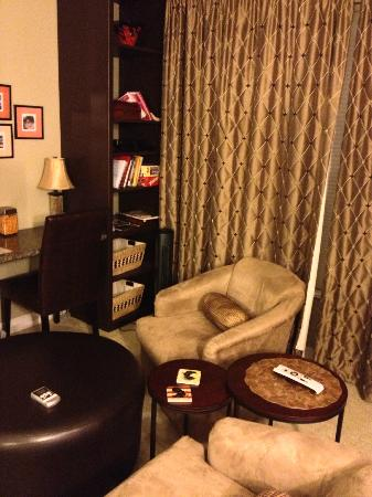 The Speckled Hen Inn: The lounge area of the Madison Lakes Suite