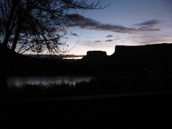 Red Cliffs Lodge: Sunrise view from my King River Suite