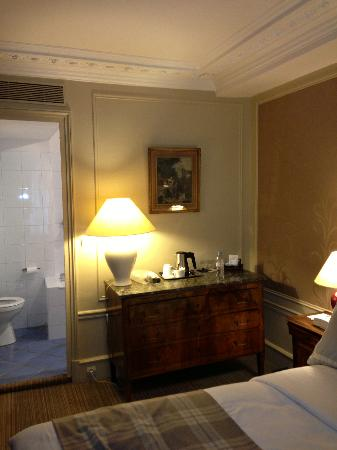 Hotel Mansart: bedroom/bath