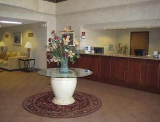 Quality Suites Airport Kansas City: Lobby