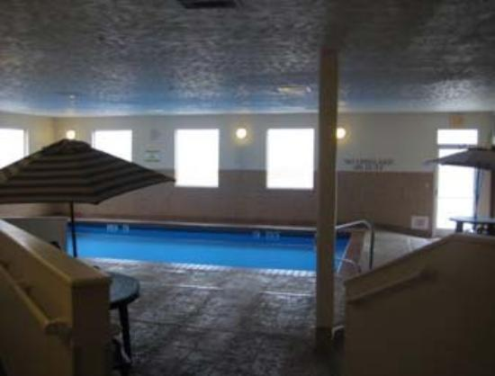 Quality Suites Airport Kansas City: Pool
