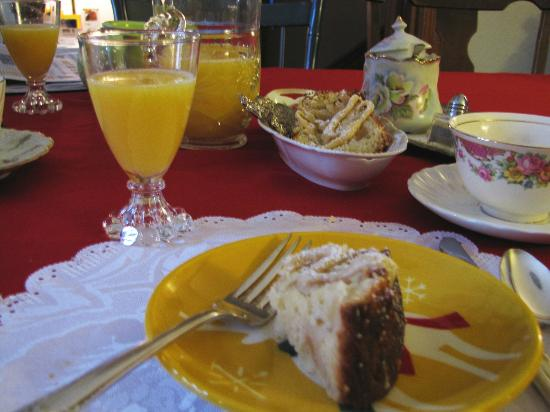 Maid's Quarters Bed, Breakfast & Tearoom: Breakfast was delicious! Here's apple cake and orange juice