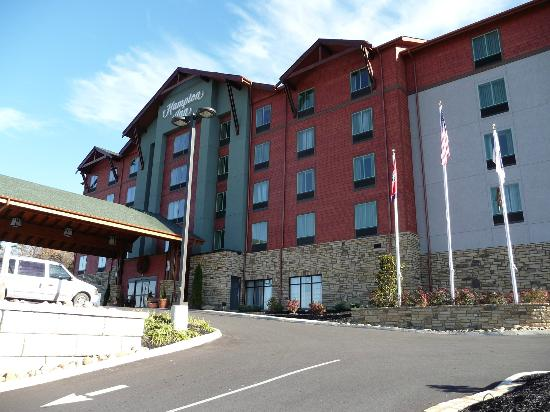 Hampton Inn Pigeon Forge: This side of parking entrance can result in drag on car