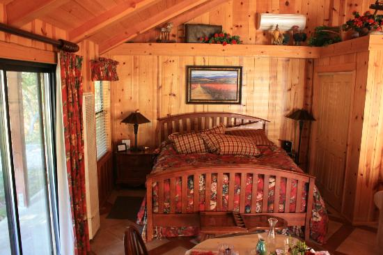 The Creekside Bed & Breakfast: Cozy bed in the Creekside Room