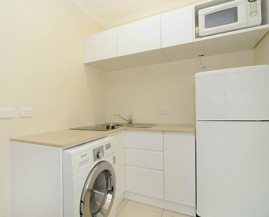 Cairns Queenslander Hotel and Apartments: Kitchenette - Orchid One Bed Apt  & Frangipani Two Bed Apt