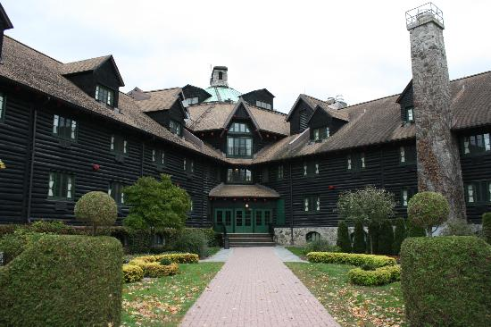 Fairmont Le Chateau Montebello: Probably the biggest log cabin in the world!