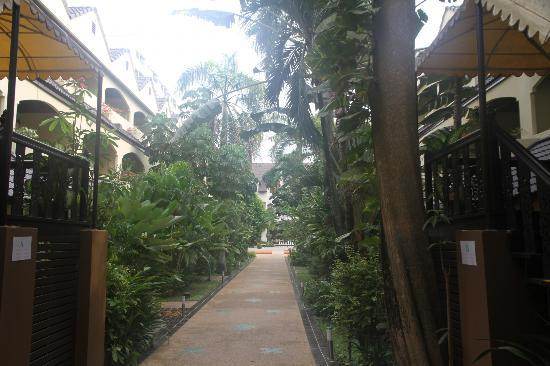 Splendid Resort at Jomtien: Tree enclosed walkway to the cafetaria