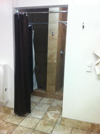 Hollywood International Hostel: Showers