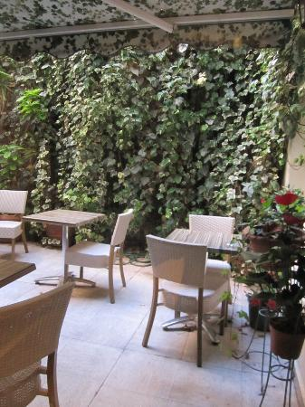 Hotel de l'Alma : Breakfast Courtyard