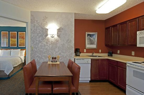 Residence Inn Indianapolis Northwest: Two-Room Suite with Dining and Living Area