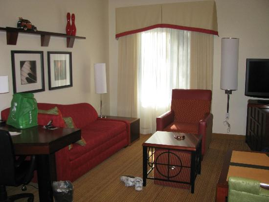 Residence Inn Pittsburgh Monroeville/Wilkins Township: Living Room Area of King Room (TV swiveled, between living room & bedroom)