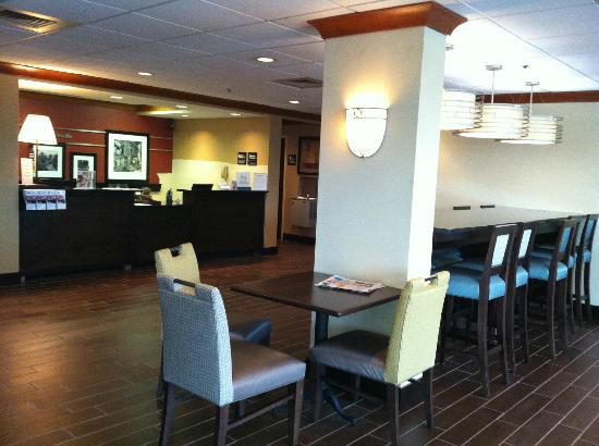 Hampton Inn Detroit Northville: Breakfast seating at lobby