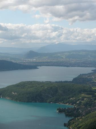 Annecy, France : le lac vu de la Forclaz