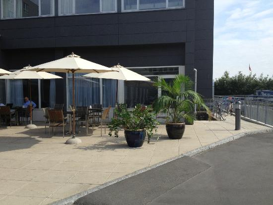 Park Inn by Radisson Copenhagen Airport: hyggelig terrasse foran hotellet