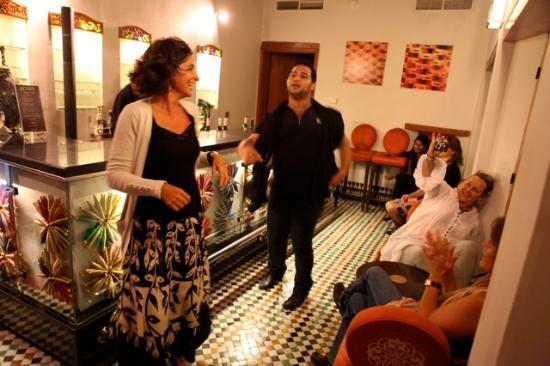 Palais Amani: Rooftop bar, dancing with the chef