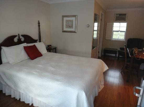 Green Acres Inn: Our bed