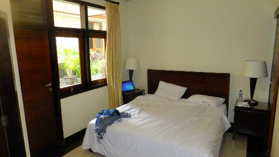 Yulia Beach Inn: Room