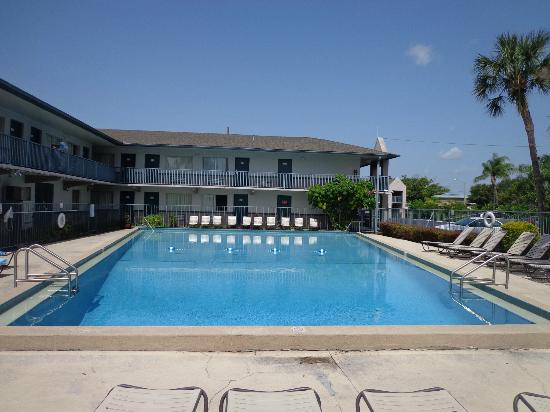Super 8 Kissimmee Suites: Very large and extremely clean pool and facilities.