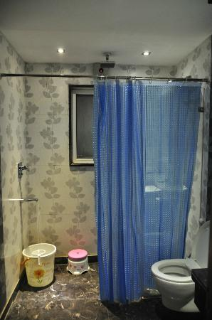 Hotel Krishna: Clean Bathroom