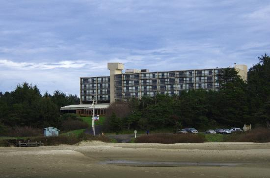 BEST WESTERN Agate Beach Inn: Hotel from the ocean