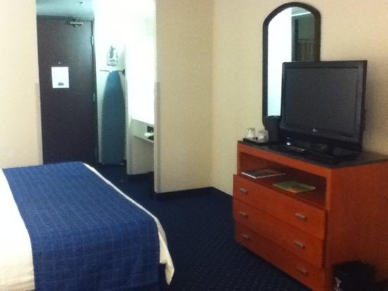 Courtyard by Marriott Portland Airport: king size room