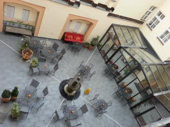 Hotel Leonardo Prague: Hotel courtyard