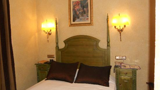 Salles Hotel Malaga Centro: Small double bedroom for single use
