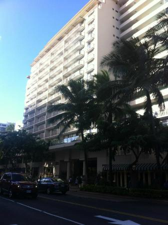 Ohana Waikiki West: Out the front, across the road near Ohana Waikiki East.