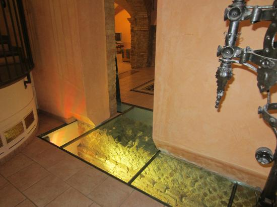 Hotel Palazzo Brunamonti: Glass floor tiles reveal the historic stone foundations