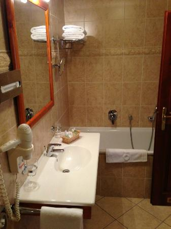 Constans Hotel: Bathroom