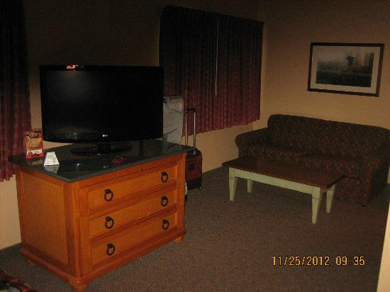 BEST WESTERN Plus Northwest Lodge: sitting area and one dresser