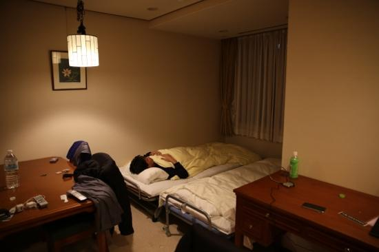 Elite-Inn Tokyo: my friend sleep on extra bed in the living room