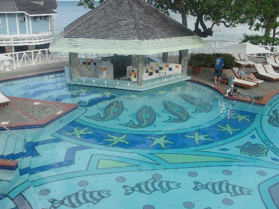 Sandals Halcyon Beach St. Lucia: Swim up Bar in the loud pool