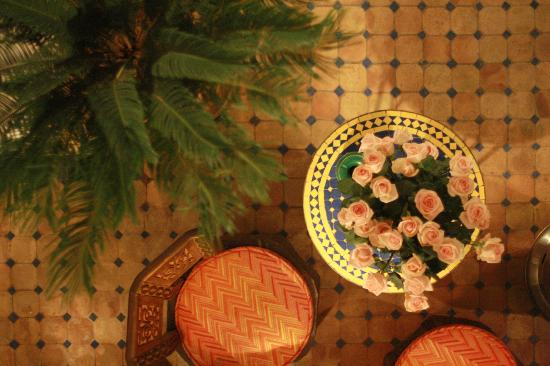 Riad Aloes: View into the courtyard