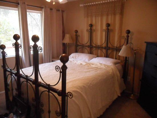 Sequoia River Dance B&B: The Crystal Room