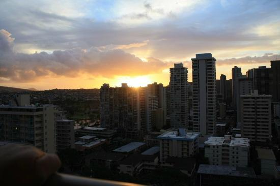 Ohana Waikiki West: Sunrise pic taken from our room.