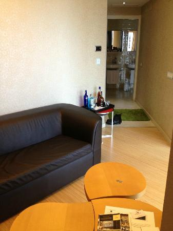 Axel Hotel Barcelona: living room area