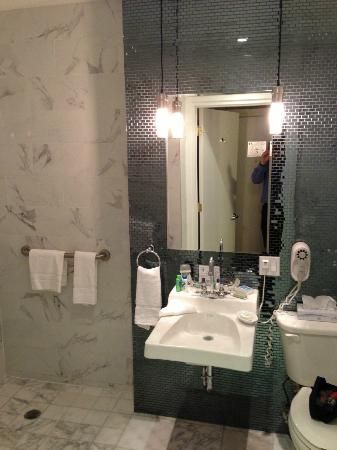 Amsterdam Court Hotel: Bathroom of upgraded room