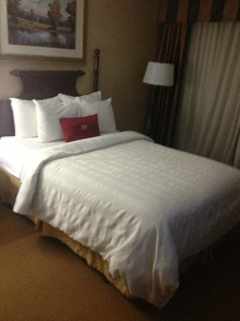 Crowne Plaza  Resort Asheville: Look at the cozy bed!!