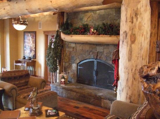 The Lodge at Suttle Lake: Large Stone Fireplace