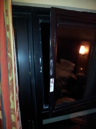 Brook Queensferry Hotel: Broken Window