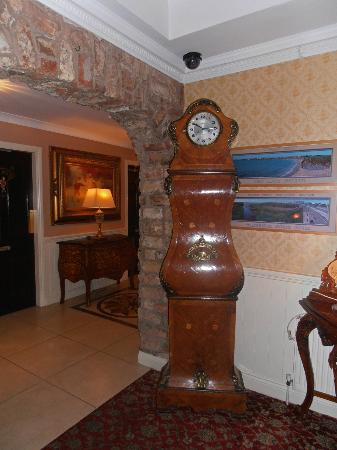 Bellbridge House Hotel: Unusual long-case clock in the foyer